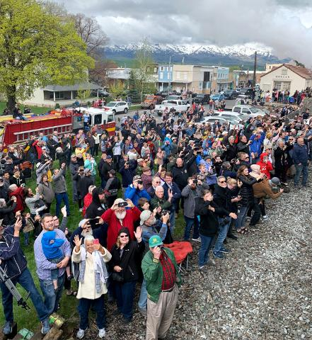 Crowd views No. 4014 locomotive