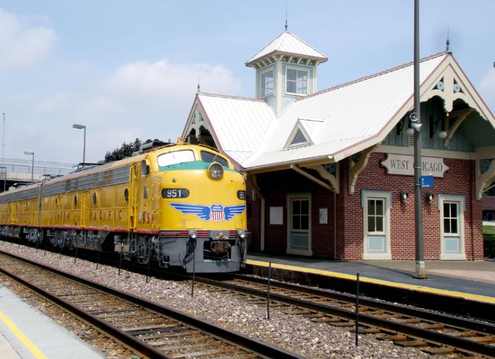 Medium | Heritage Fleet: E-9 at West Chicago Metra station